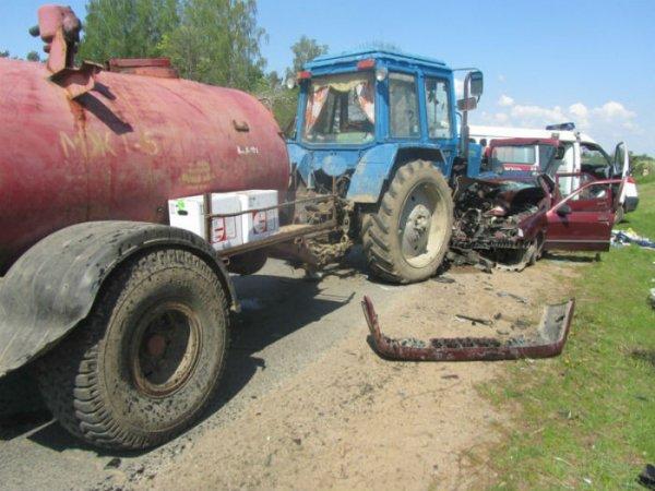Трактор и Renault в лобовую столкнулись в Копыльском районе