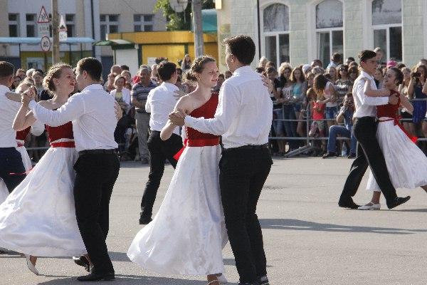 """Фоторепортаж: На Рогачёвской площади прошёл традиционный """"Вальс выпусников"""""""