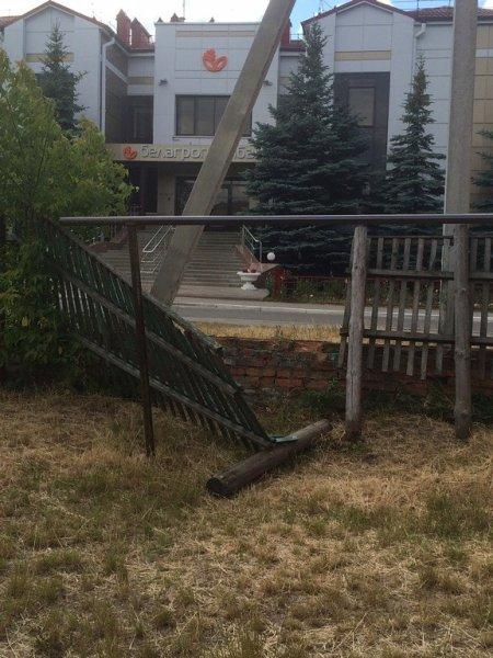 В Рогачеве больше месяца комунхоз не может сделать забор в центре города