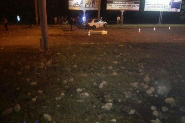 Ночью в Гродно «Лексус» столкнулся со столбом, водитель погиб