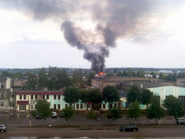 Фотофакт: В районе МКК от удара молнии загорелся дом