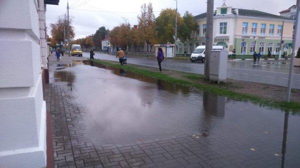 Фотофакт: Центр Рогачёва после ремонта во время дождей превращается в реку