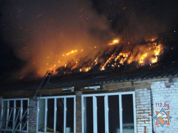 Видеофакт: сотрудники Рогачёвского МЧС рискуя собственными жизнями героически спасают людей и имущество от пожара