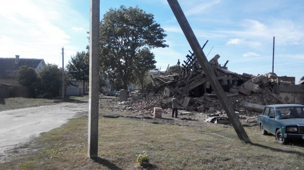 Фото видеорепортаж: В Рогачёве остатки разрушенной мебельной фабрики более месяца представляют смертельную опасность для детей