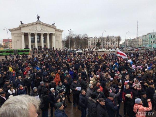 Тысячи людей вышло на улицы Гомеля требовать отмены декрета №3 и отставки правительства: онлайн трансляция