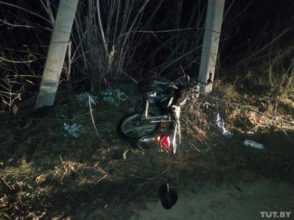 В Рогачевском районе пьяный бесправник на мопеде врезался в столб. Он погиб