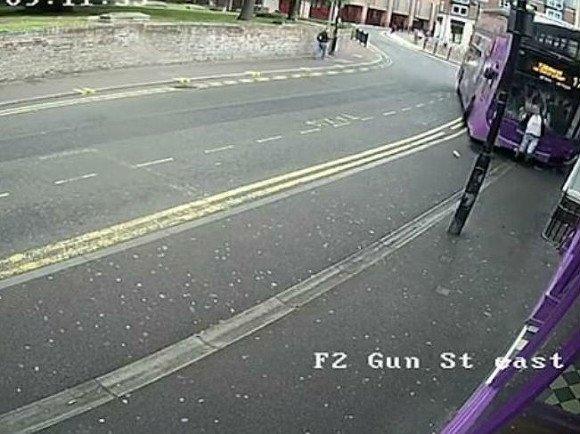 Сбитый автобусом британец поднялся и пошел в паб