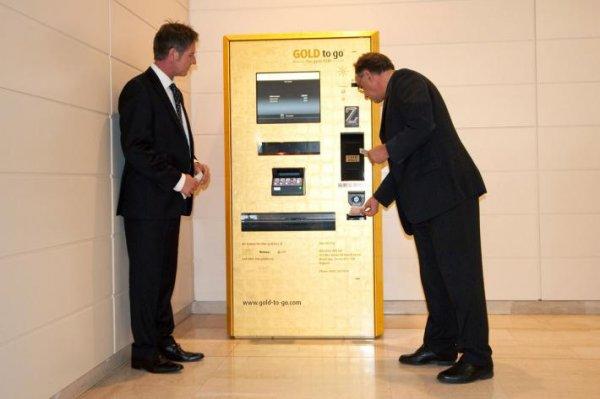 Первый в мире банкомат покрыли золотом
