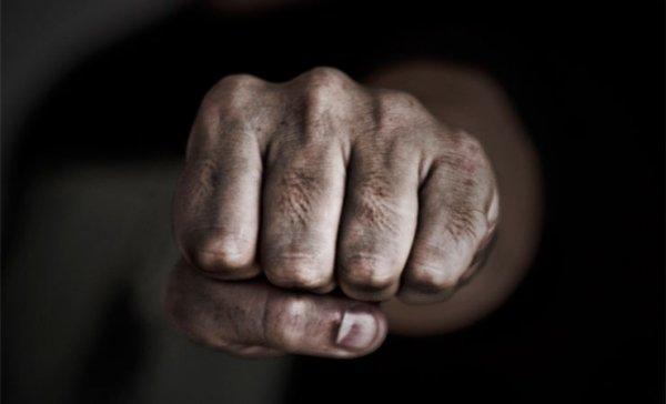 Беспредел: Сотрудник милиции избил мужчину за отказ выключить телефон — видео