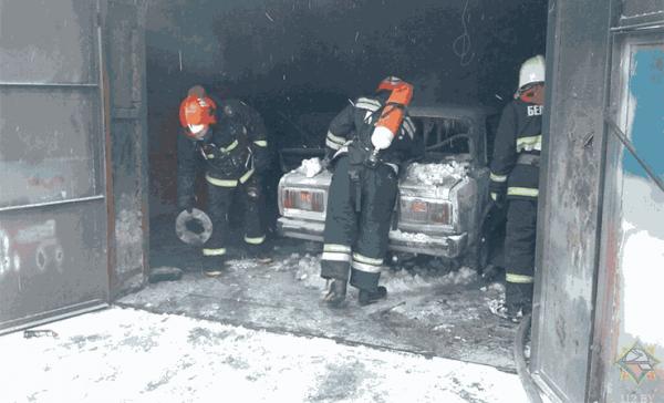 В Рогачеве в гараже загорелся автомобиль. Знакомый водителя потерял сознание в подсобке, его спасли сотрудники МЧС — фото, видео