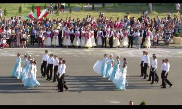 Видеорепортаж: на центральной площади Рогачёва состоялся конкурс «Вальс выпускников»