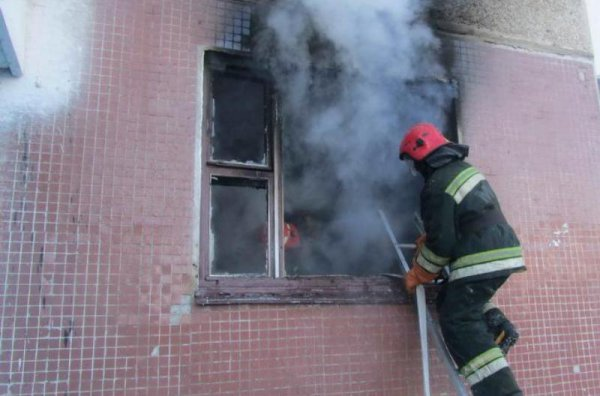 Двух человек спасли на пожаре в многоквартирном доме в Барановичах
