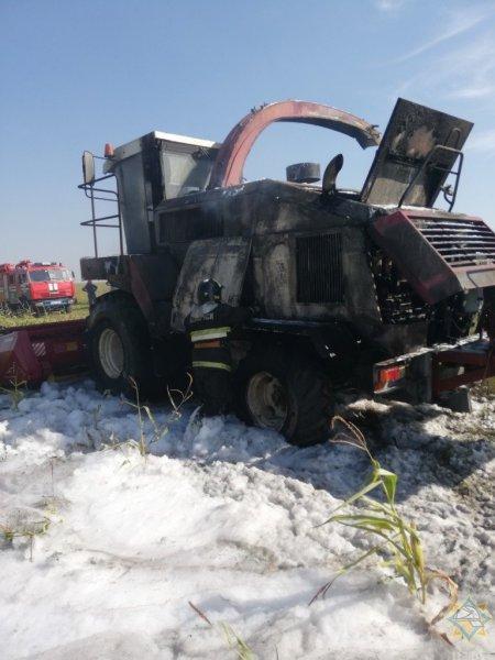 Фотофакт: в Рогачевском районе горел комбайн. Потушить пламя смогли только спасатели