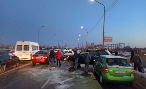 Жуткая авария в Жлобине: в Жлобине столкнулись 10 автомобилей и автобус — фото