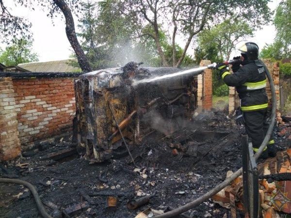 Под Рогачевом женщина пыталась самостоятельно потушить автомобиль, и едва не сгорела сама