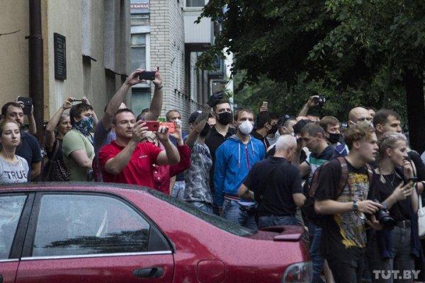 Десятки тысяч белорусов вышли на улицы городов требовать освобождение Бабарико и Тихановского – фото, видео