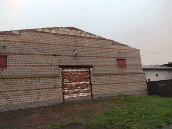 Фотофакт: в Рогачеве ветер сорвал крыши с домов и повредил несколько машин