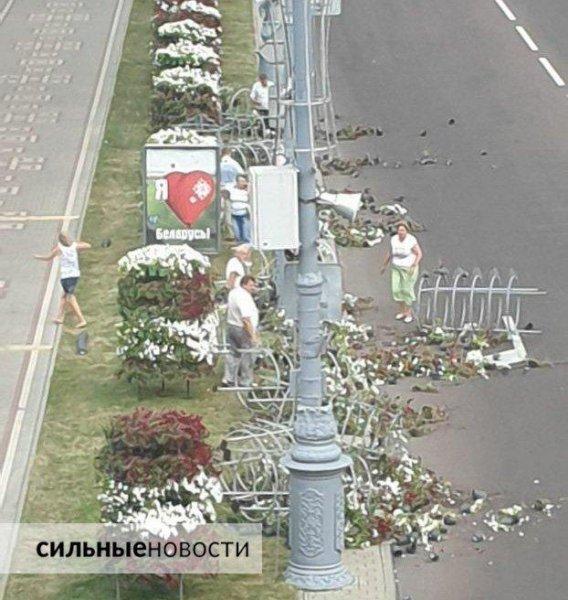 Перед кортежем Лукашенко в Гомеле обвалилась цветочная композиция