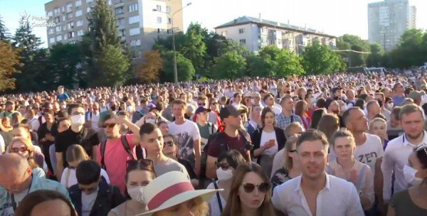 Скандал: Во время провластного концерта сотрудники столичного ДК включили песню «Перемен» и перешли на сторону протестующих - видеофакт