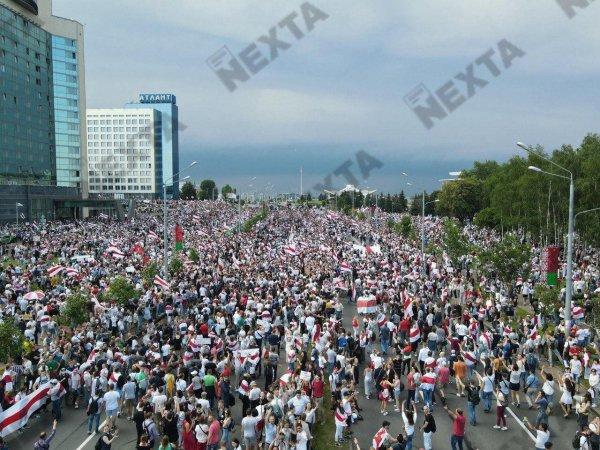Сотни тысяч людей вышли на улицу Минска!  - фото, видео