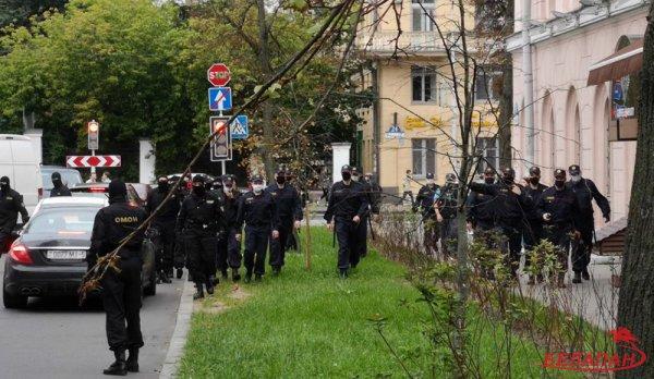 В МГЛУ сотрудники ОМОНА очень жёстко разгоняют бастующих студентов университета