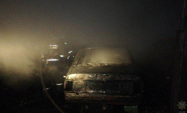 В Рогачеве автомобиль упал с домкрата, повредил бак и загорелся. Водитель в реанимации — фото