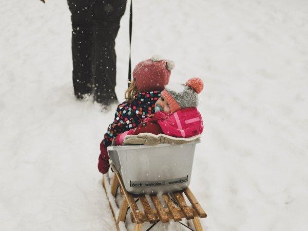 Как безопасно кататься на санках и тюбингах: простые правила, о которых забывают