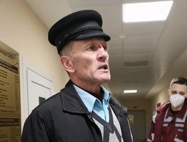 «Дед-ябатька» ударивший врача заявил, что это медики на него напали, «мутузили» и пытались душить. Но ему всё равно стыдно