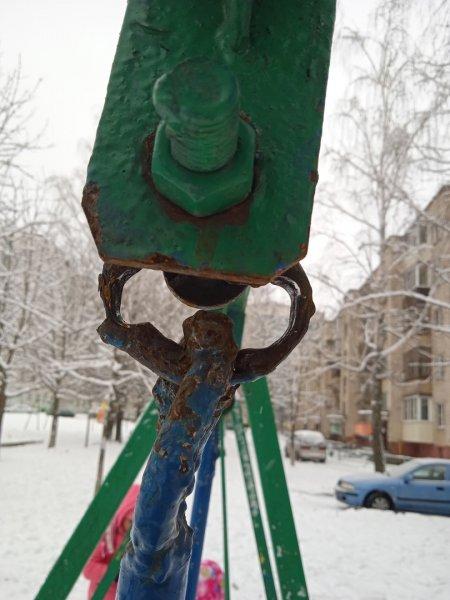 Фотофакт: КЖЭУП «Рогачёв» уже год не может отремонтировать аварийные качели на улице Богатырёва