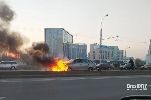 На проспекте Республики в Бресте вечером  горел автомобиль