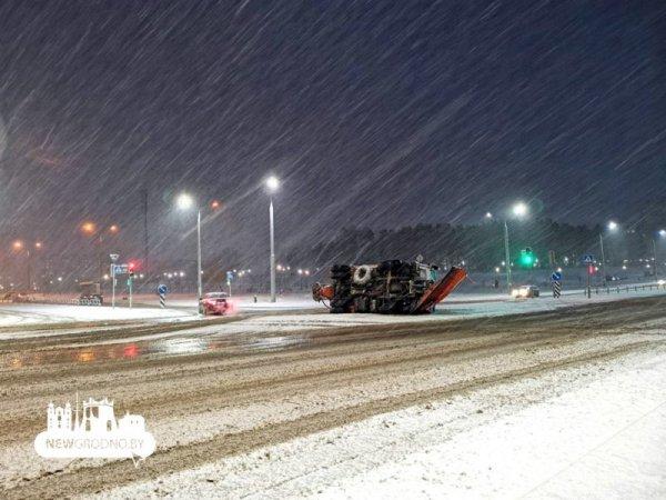 Фотофакт: В Гроднов на Ольшанке перевернулся снегоуборочный МАЗ