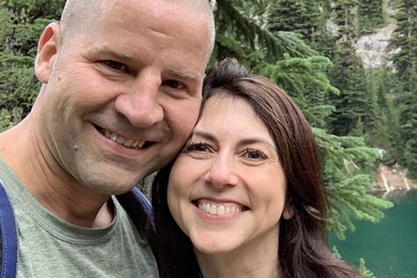 Бывшая супруга создателя Amazon вышла замуж за школьного учителя