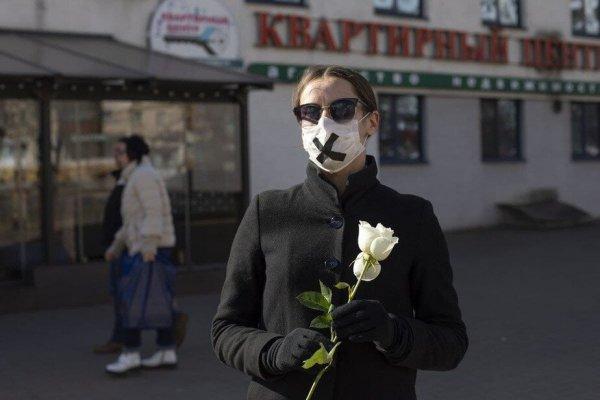 В центр Минска вышли женщины в чёрной одежде с белыми цветами