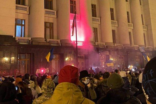 В Киеве радикалы забросали офис Зеленского петардами