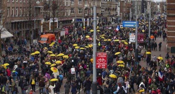 В Амстердаме во время акции против ограничений по COVID арестовано 60 человек