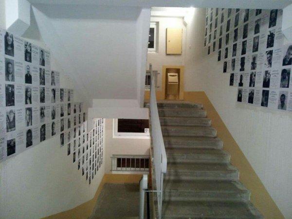 Жители минской многоэтажки украсили свой подъезд фотографиями политзаключенных