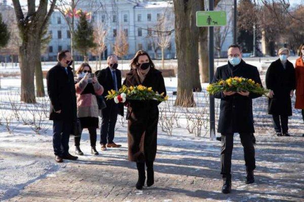 Светлана Тихановская возложила цветы к месту казни Кастуся Калиновского