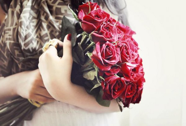 В Новополоцке за букет роз женщину сначала водворили в изолятор, а потом присудили крупный штраф