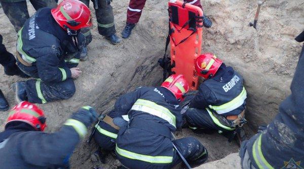 В Гомеле во время проведения строительных работа мужчину засыпало грунтом