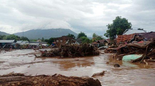 Из-за наводнений и оползней в Индонезии погибло 76 человек