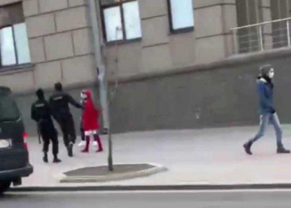 Жительницу Минска оштрафовали на 2610 рублей за одежду красно-белого цвета