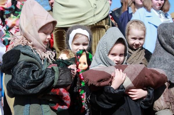 Под Бобруйском показали странную постановку: дети в форме нацистов выступили на фоне госфлагов