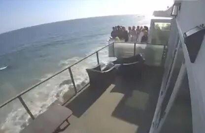 Трагедия в США: На пляже Малибу упал балкон с людьми
