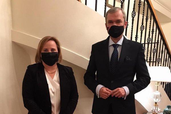 Посол США в Беларуси встретилась с журналистами и родственниками политзаключенных