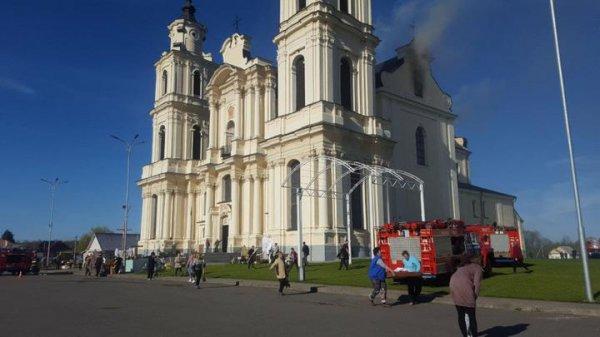 В Будславе загорелся известный в Беларуси костел