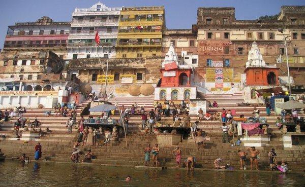 В священной реке Ганг в Индии выловили сотни тел умерших от коронавируса