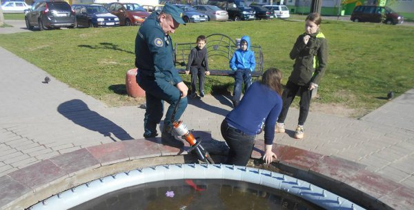 В Бобруйске 11-летняя девочка застряла в фонтане, понадобилась помощь спасателей