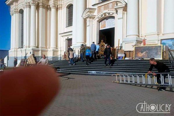 Прихожане при пожаре во время Богослужения спасали чудотворную икону Божией Матери Будславской