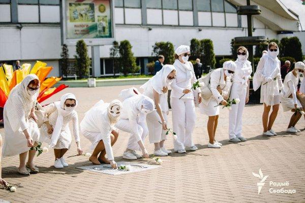 В Минске на площади Комаровки прошла акция девушек в белой одежде с цветами