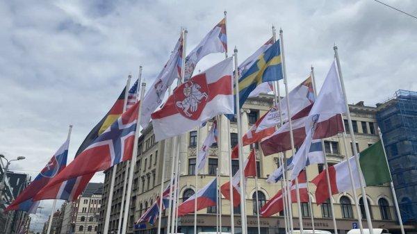 В Риге власти Латвии на ЧМ по хоккею снимают красно-зелёные флаги и вывешивают БЧБ